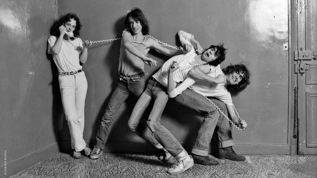 Filles nues jouant du groupe de rock